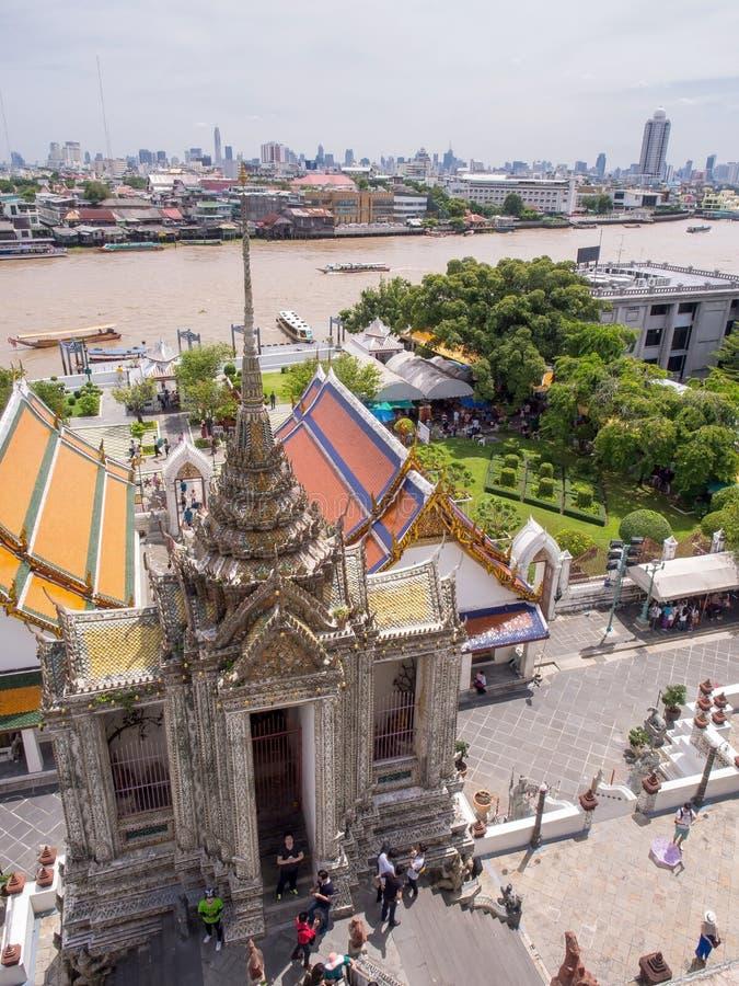 Templo do alvorecer, marco de Banguecoque sob o céu azul nebuloso fotos de stock royalty free