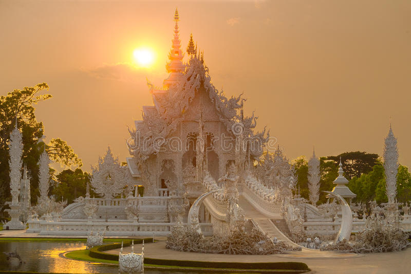 Templo do branco de Wat Rong Khun fotografia de stock royalty free