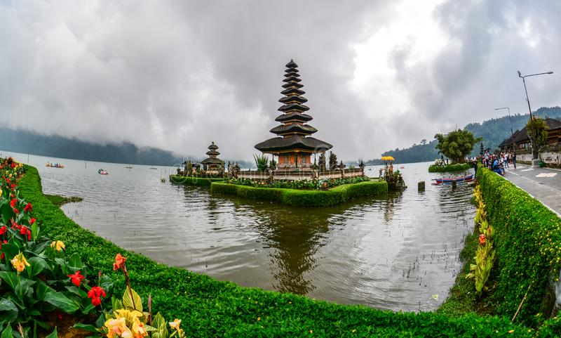 Templo do danu de Ulun em Bali, Indonésia fotos de stock