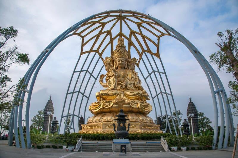 Templo do leste de Meisha OUTUBRO Shenzhen Huaxing cercado pela Buda dourada da Buda que senta-se em lótus fotos de stock royalty free