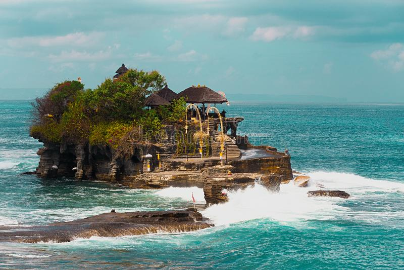 Templo do lote de Tanah no mar na ilha Indonésia de Bali imagem de stock
