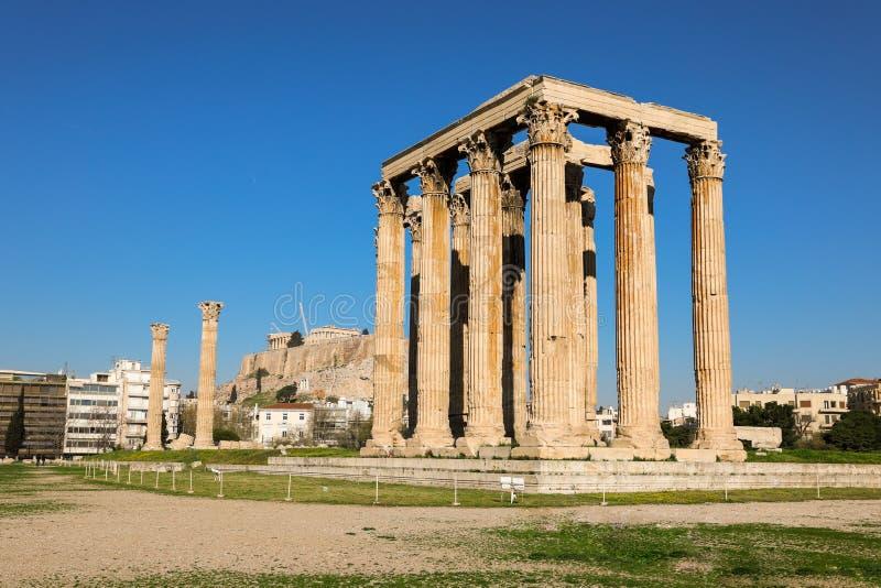 Templo do olímpico Zeus e do monte da acrópole, Atenas, Grécia fotos de stock royalty free