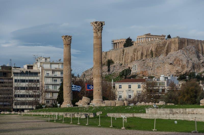 Templo do olímpico Zeus e do monte da acrópole, Atenas, fotos de stock