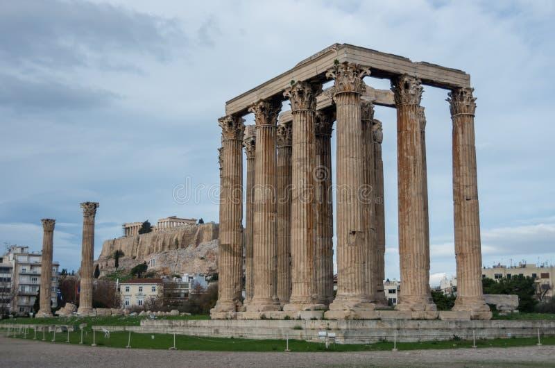 Templo do olímpico Zeus e do monte da acrópole, Atenas imagens de stock royalty free