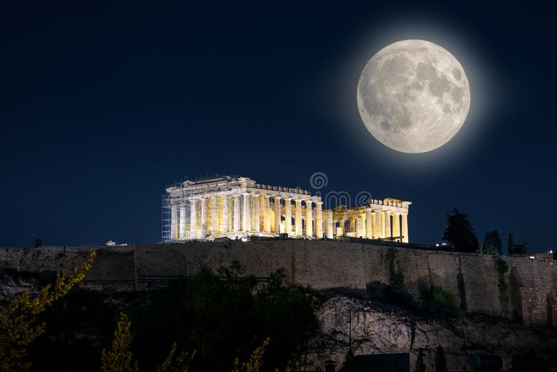 Templo do Partenon na acrópole na noite, Atenas, Grécia fotografia de stock