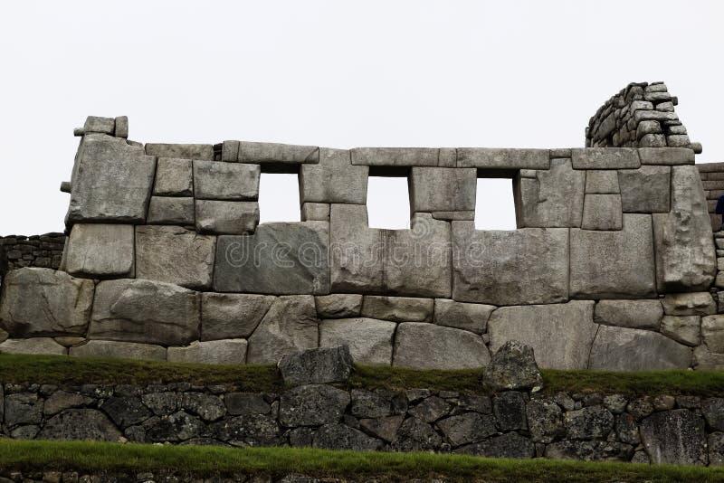 Templo do Peru de três Windows Machu Picchu foto de stock