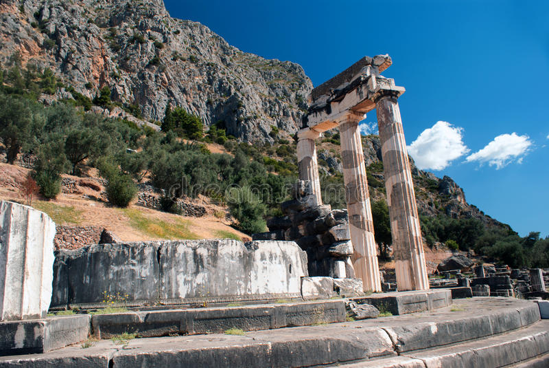 Templo do pronoia de Athena no local arqueológico do oráculo de Delphi foto de stock royalty free