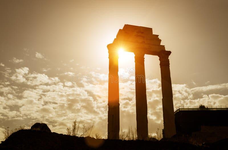 Templo do rodízio & do Pollux em Roman Forum, Roma imagens de stock