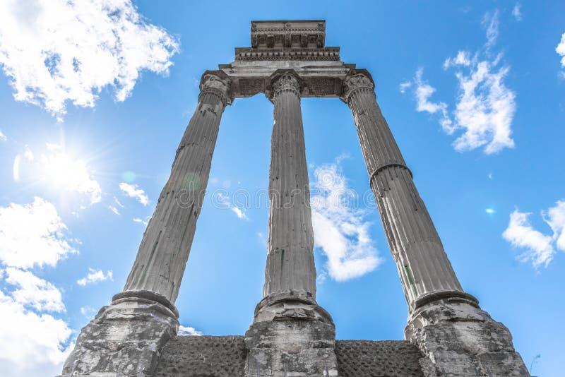 Templo do rod?zio e do Pollux, italiano: Dei Dioscuri de Tempio Ru?nas antigas de Roman Forum, Roma, It?lia fotografia de stock