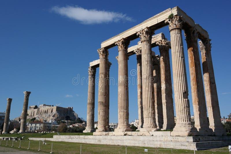 Templo do zeus do olímpico, Atenas, acrópole no fundo fotos de stock