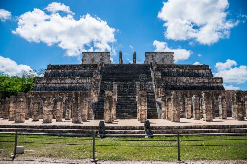 Templo dos guerreiros e de mil colunas em Chichen Itza, México imagem de stock