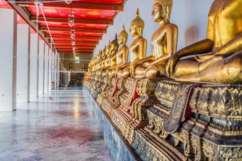 Templo dourado alinhado Banguecoque Tailândia de Wat Pho das estátuas de buddha fotografia de stock royalty free