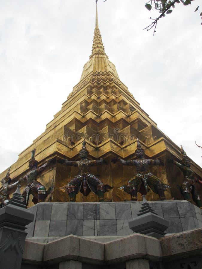 Templo dourado em Wat Phra Kaeo em Banguecoque, Tailândia fotografia de stock royalty free