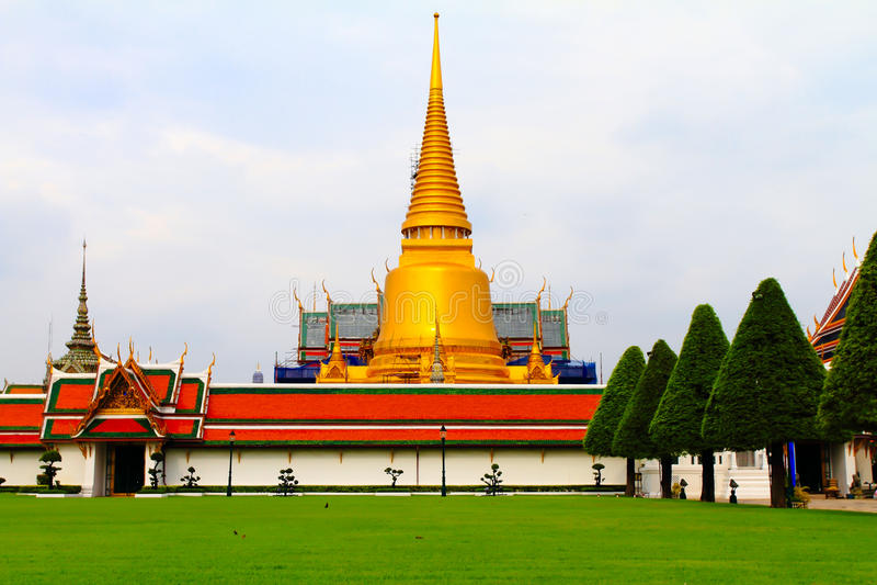 Templo dourado grande tailandês imagem de stock royalty free