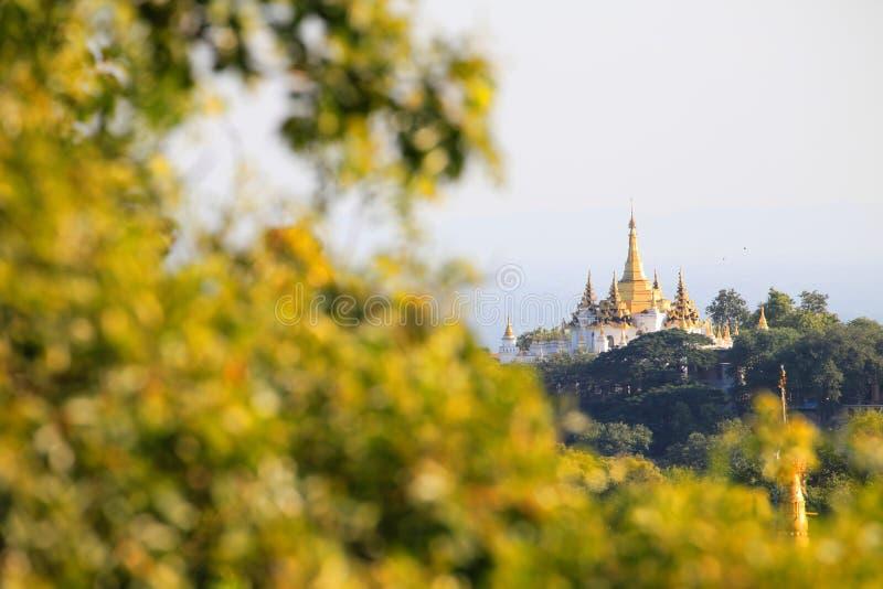 Templo dourado na parte superior do ponto de vista do monte de Sagaing fotos de stock