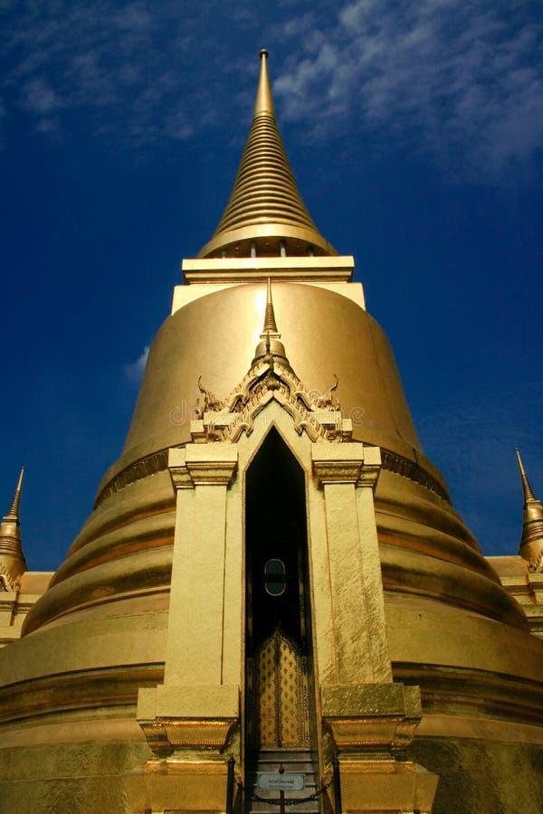 Templo dourado no palácio grande, Tailândia imagens de stock