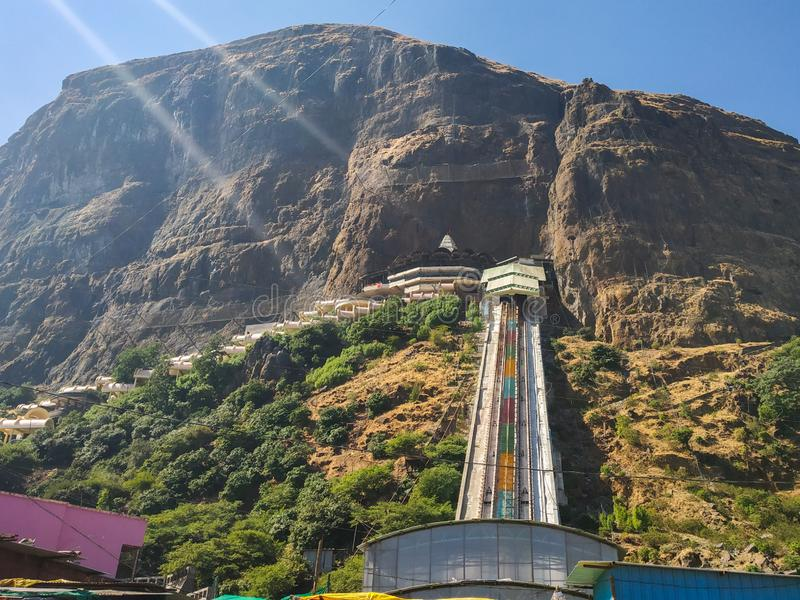 Templo e estrada de ferro na montanha Nashik, Índia imagem de stock