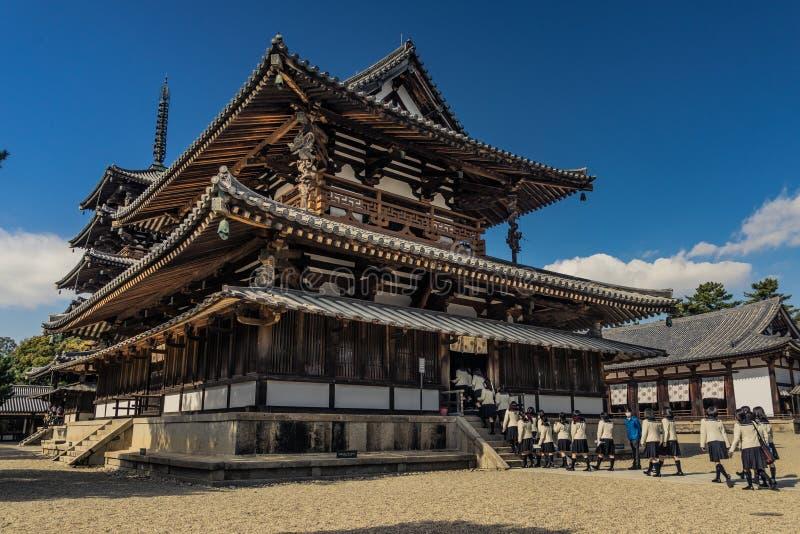 Templo e estudantes de Horyu-ji fotografia de stock royalty free