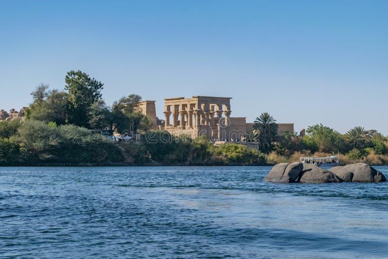 Templo e isla de Philae en el depósito de la presa baja de Asuán, río abajo desde la presa de Asuán y el lago Nasser, Egipto imagen de archivo
