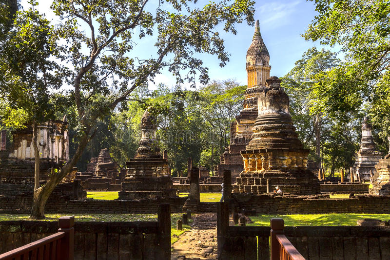 Templo e natureza de Wat Chedi Chet Thaeo fotografia de stock