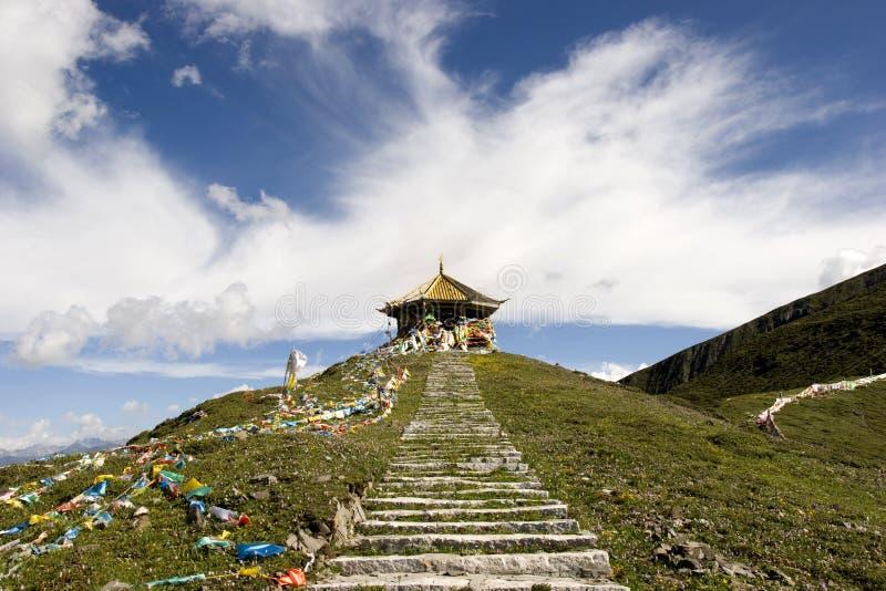 Templo em uma montanha em Tibet de China fotos de stock