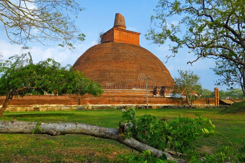 Templo en Anuradhapura, Sri Lanka Mahatupa Dagoba grande en Anuradhapura en la puesta del sol, la UNESCO, Sri Lanka, Asia Dagoba  imágenes de archivo libres de regalías