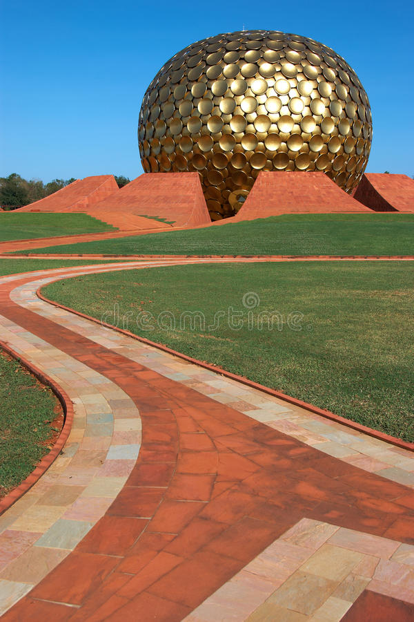 Templo en Auroville, la India imagen de archivo