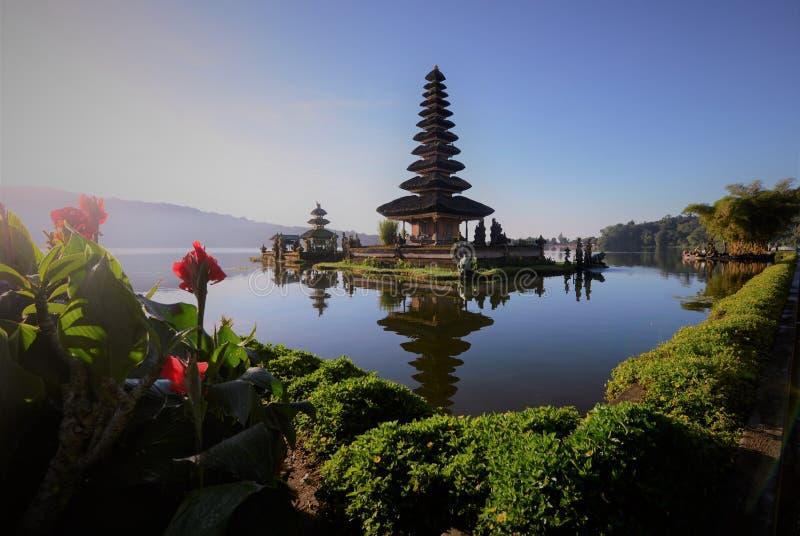 Templo en el lago imágenes de archivo libres de regalías