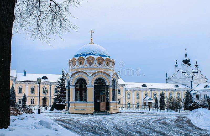 Templo en el monasterio en Moscú imagenes de archivo