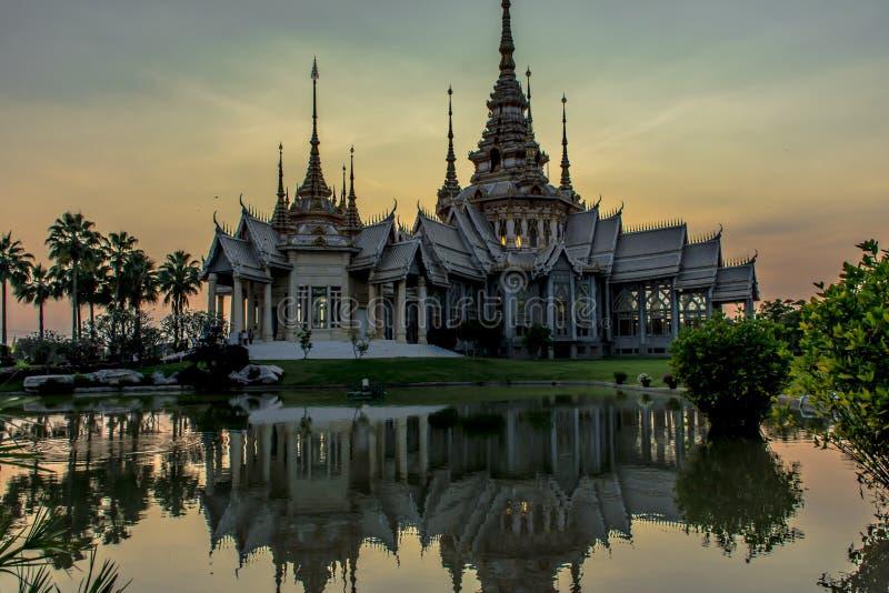 Templo en el watnonkhum de la puesta del sol foto de archivo