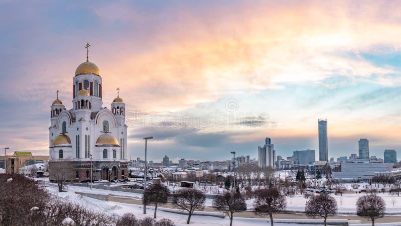 Templo en invierno en luz rosada hermosa de la puesta del sol imágenes de archivo libres de regalías