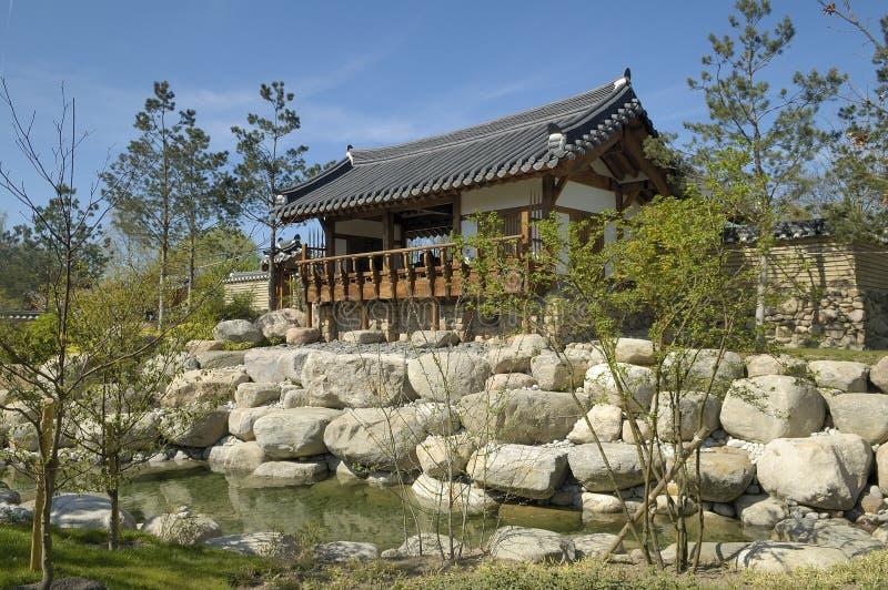 Templo en jardín coreano imagen de archivo libre de regalías