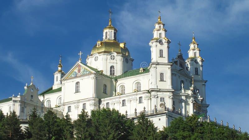 Templo en la colina debajo del cielo azul fotos de archivo
