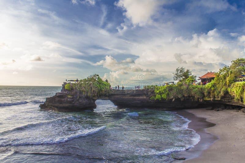 Templo en la puesta del sol en Bali, Indonesia de la porción de Tanah foto de archivo libre de regalías