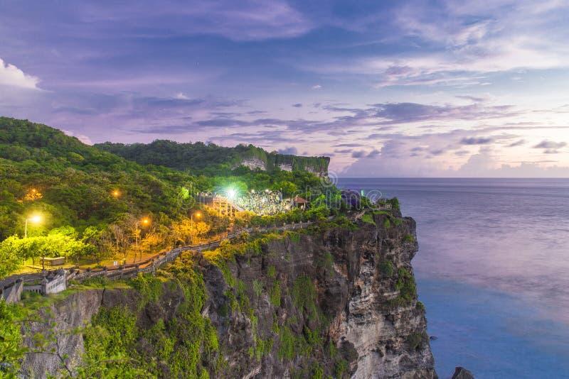 Templo en la puesta del sol en Bali, Indonesia de la porción de Tanah Puesta del sol en el ` s de Bali fotos de archivo
