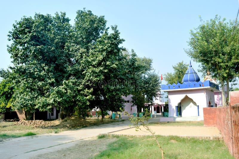 Templo exterior na vila indiana fotos de stock