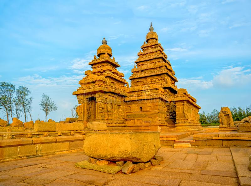 Templo famoso monolítico antigo bonito da costa perto de Mahabalipu foto de stock