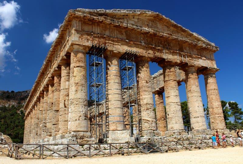 Templo grego dórico clássico em Segesta, Sicília fotos de stock