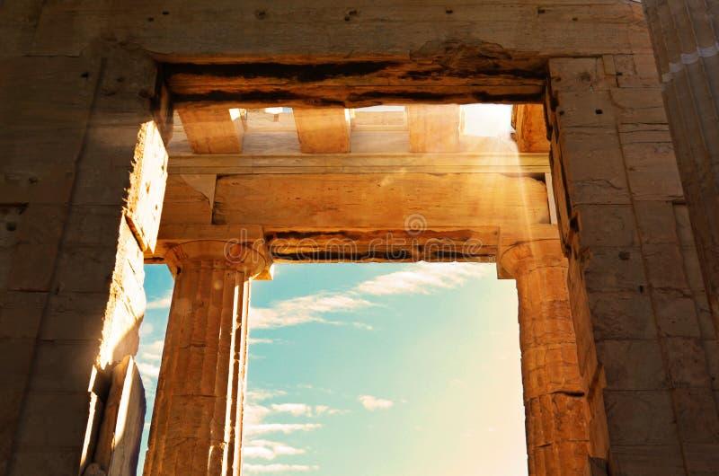 Templo grego do Propylaea, entrada à acrópole de Atenas durante o por do sol foto de stock