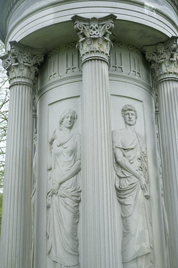 Templo grego redondo, l?pide na mulher do cemit?rio na lamenta??o foto de stock royalty free