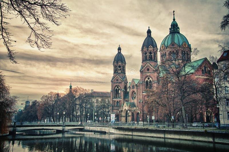 Templo hermoso en la puesta del sol. Señal de Europa de Munich, Alemania fotos de archivo