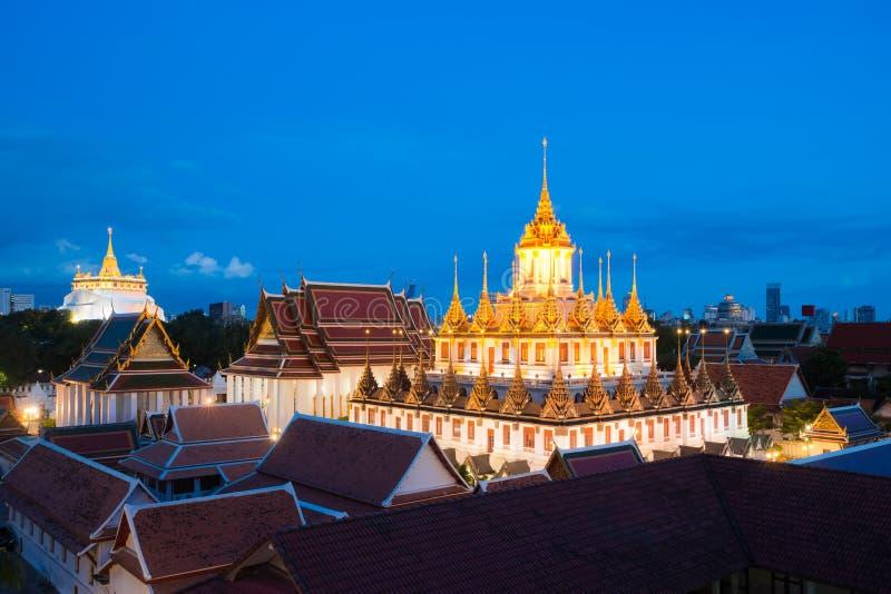 Templo hermoso (Wat Ratchanatdaram) en el tiempo crepuscular en Thaila fotos de archivo libres de regalías