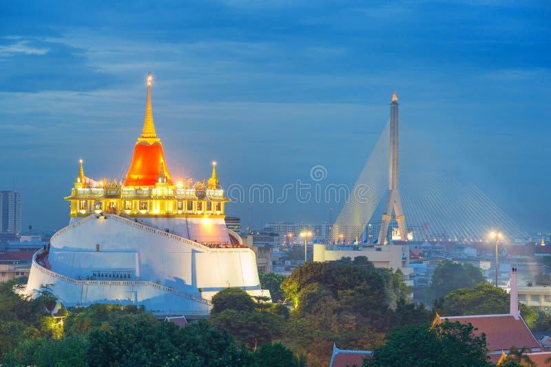 Templo hermoso (Wat Sraket) en el tiempo crepuscular en Tailandia fotos de archivo