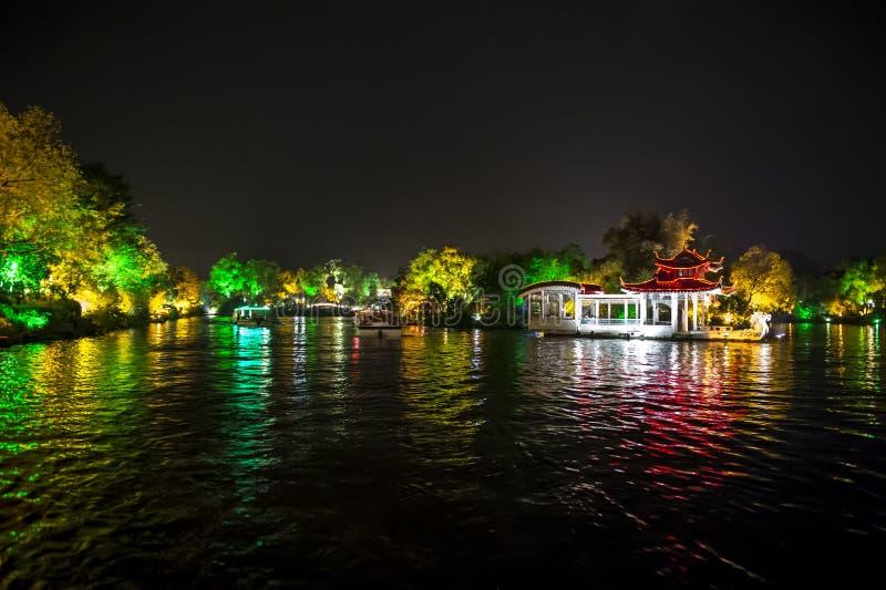 Templo iluminado em Li River imagem de stock