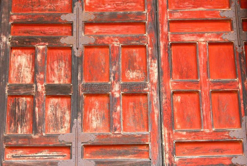 Templo japonês budista velho das portas de madeira alaranjadas, Japão imagem de stock
