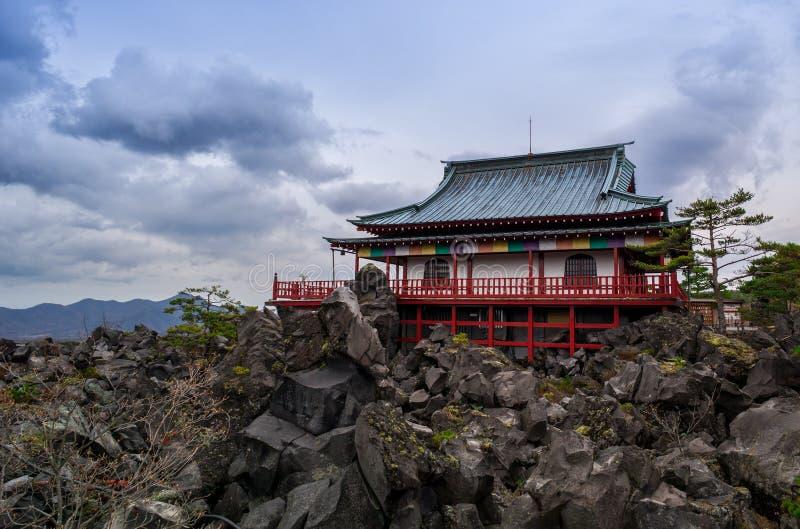 Templo japonês em uma montanha rochosa imagens de stock