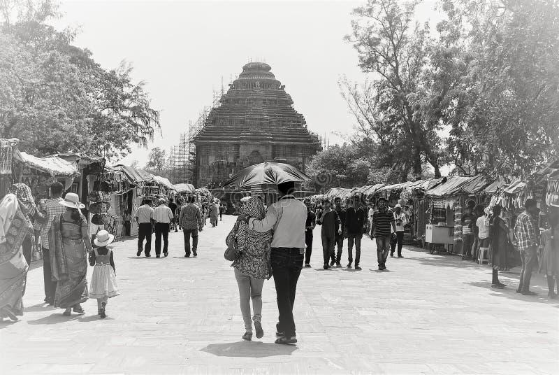 Templo Konark de Sun, um par que anda para o templo foto de stock