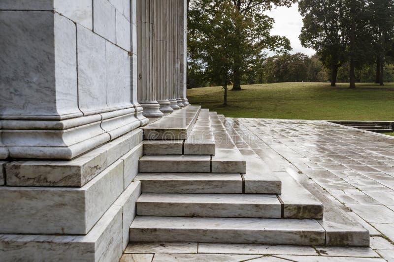 Templo a la música en una tarde mojada y reservada del otoño imagenes de archivo