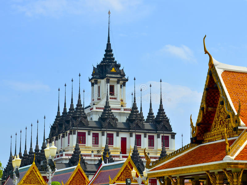 Templo Loha Prasat do ferro em Wat Ratchanatdaram Thailand fotos de stock