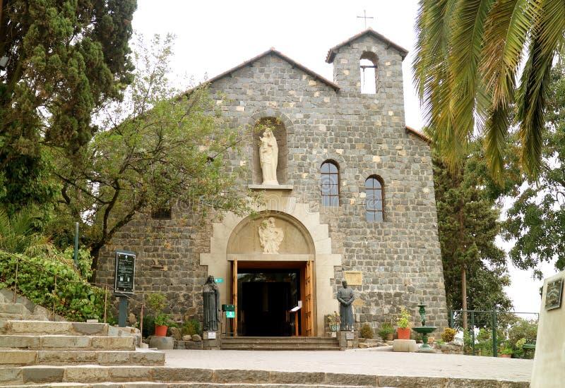 Templo Maternidad de Maria Church på bergstoppet av Cerro San Cristobal, historisk kyrka i Santiago, chile arkivfoton